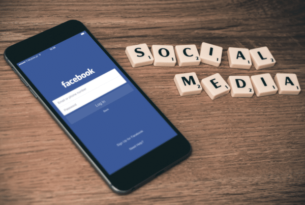 Facebook Ads Schriftzug neben einem Smartphone